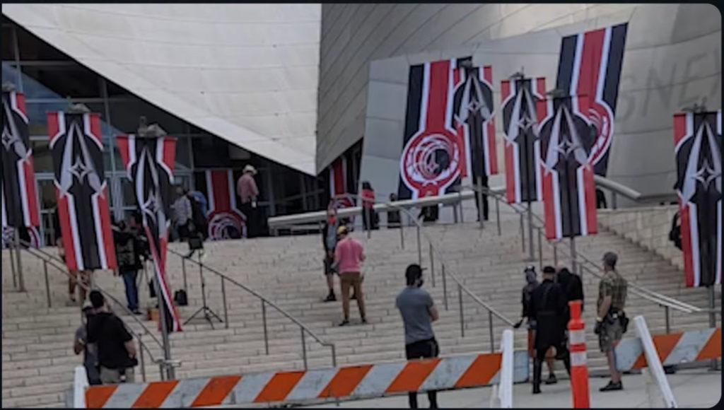 Schwarz-weiß-rote Flaggen sollen wohl deutlich machen, dass es in Star Trek Picard Staffel 2 in eine alternative, nicht gerade positive Zeitlinie geht.